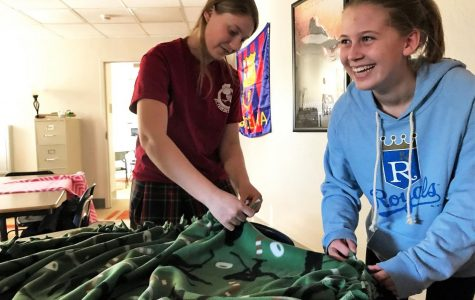 Rotary club makes blankets for KC homeless