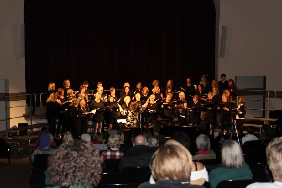 The+alumnae+chorale+begins+their+concert+by+performing+Carol+of+the+Bells+Dec.+4.+The+alumnae+reunion+concert+is+an+annual+event+for+graduated+choral+members.+photo+by+Katie+Gregory.