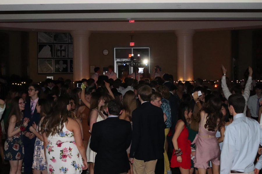 Juniors+crowd+into+the+dance+floor+and+dance+April+13.+The+Junior+Ring+dance+is+held+annually+in+the+commons.+photo+by+Maddie+Loehr