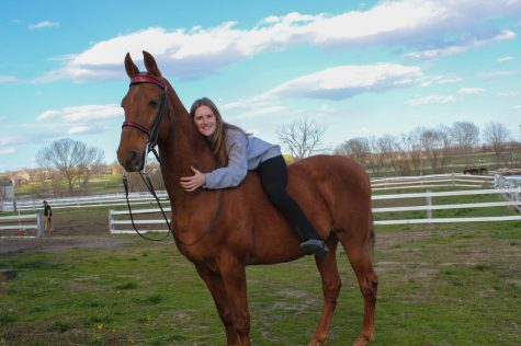 Sophomore Zoë Hoss with a horse she rides named Houdini March 31. Zoë has been horse showing since she was 10 years old. photo by Caroline Hinkebein